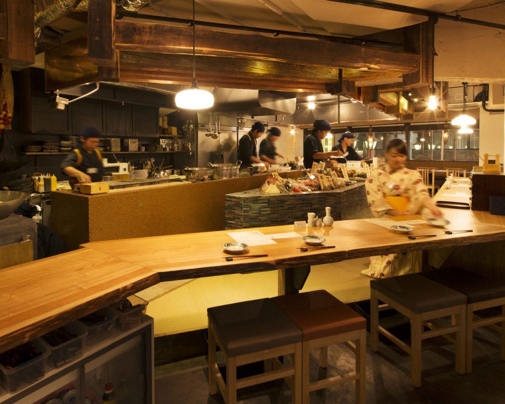 迫力あるオープンキッチンが見渡せるテーブル席