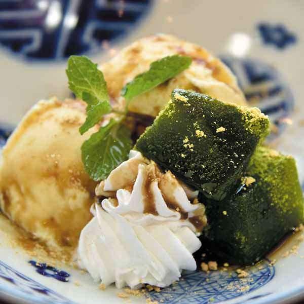 抹茶わらび餅 バニラ黒蜜添えの画像