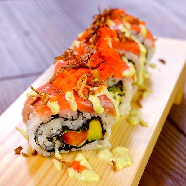 サーモンとアボカドの海鮮ロール寿司の画像